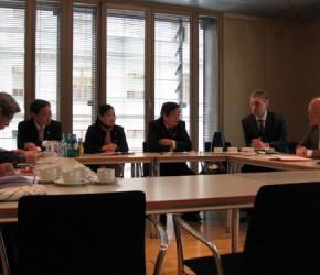 Peter Götz in der Diskussion mit den vietnamesischen Bürgermeistern