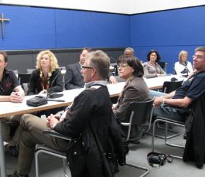Die Gäste beim Gespräch mit Peter Götz im Vorstandsraum der CDU/CSU-Bundestagsfraktion aufder Fraktionsebene im Reichstag