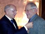 Karl Schick (r.) wurde mt der Ehrennadel in Gold ausgezeichnet.