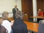 Carl-Netter-Realschüler hören im Fraktionssaal der CDU/CSU-Bundestagsfraktion aufmerksam Peter Götz zu