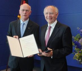 Prof. Dr. Norbert Lammert überreicht Peter Götz die Auszeichnung.