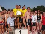 Peter Götz bei der Preisverleihung an die siegreiche ungarische Mannschaft des BVSC-Zugló aus Budapest. Den zweiten Platz erreichte das Team des TV Bühl vor der Mannschaft des Bishops Stortford Swimming Club.
