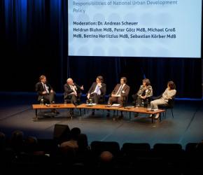 Peter Götz diskutiert mit seinen Gesprächspartnern (Bildquelle: BMVBS, Milena Schlösser)