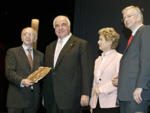 Peter Götz überreicht Dr. Helmut Kohl den Konrad-Adenauer-Preis.