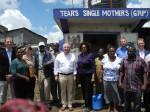 Peter Götz und die Leiterin des Water Services Trust Ing. Jaqueline Musyoki (Mitte), zusammen mit Vertretern der KfW, GIZ und afrikanischen Partnern vor einem Wasserversorgungskiosk im Slum Mathare Village, Nairobi