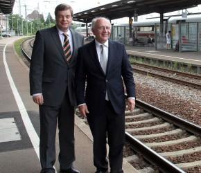 Enak Ferlemann und Peter Götz am Rastatter Bahnhof (Archivbild)