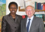 Peter Götz und Aisa Kirabo Kacyira im Berlin Büro