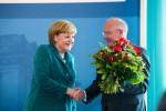 """Bundeskanzlerin Merkel würdigte Götz als """"freundlichen, konstruktiven und zielorientierten Kämpfer"""", der stets beharrlich die Interessen der Kommunen vertreten habe."""