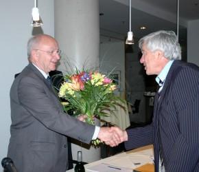Alois Karl MdB überreicht Peter Götz MdB einen Blumenstrauß zum Abschied
