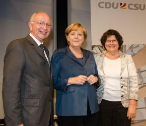 Peter Götz zusammen mit seiner Frau und Bundeskanzlerin Angela Merkel im Reichstag